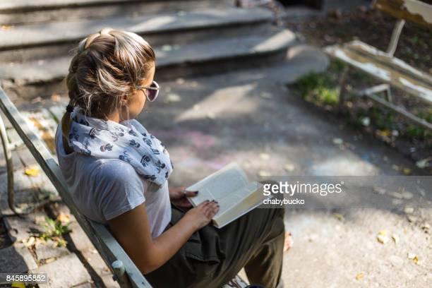 Junge Frau mit Buch am Morgen. Kopieren Sie Raum.