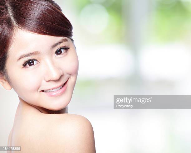 若い女性、すっきりとしたお肌の顔