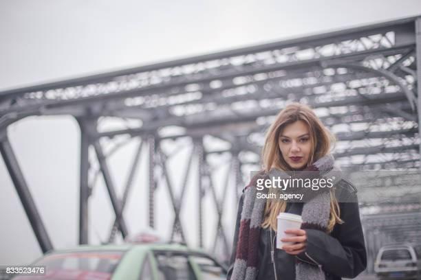 Jeune femme avec une tasse de café