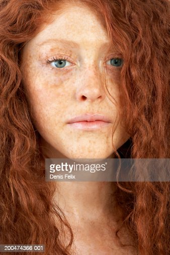 Young woman with curly hair and freckles, portrait, close-up : Foto de stock