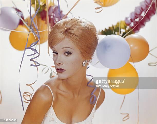 Jeune femme avec portrait de décoration en arrière-plan,
