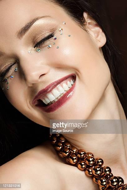 ダイヤモンド付きで若い女性の顔のポートレート