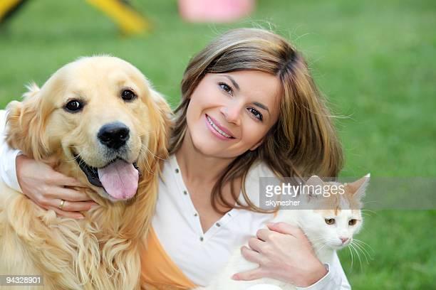 Giovane donna con cane e gatto