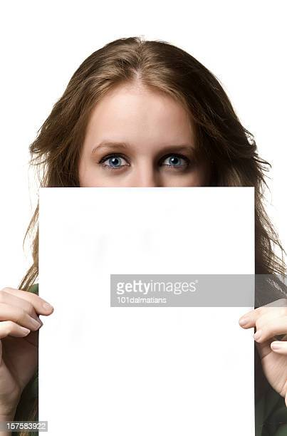 Junge Frau mit leeren Papier