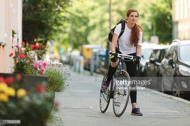 若い女性、固定ギアバイク