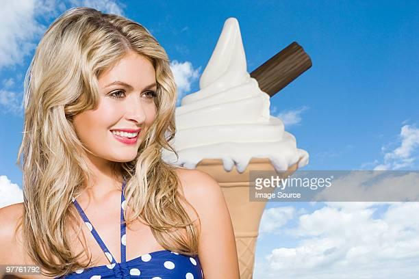 Junge Frau mit riesigen ice cream cone