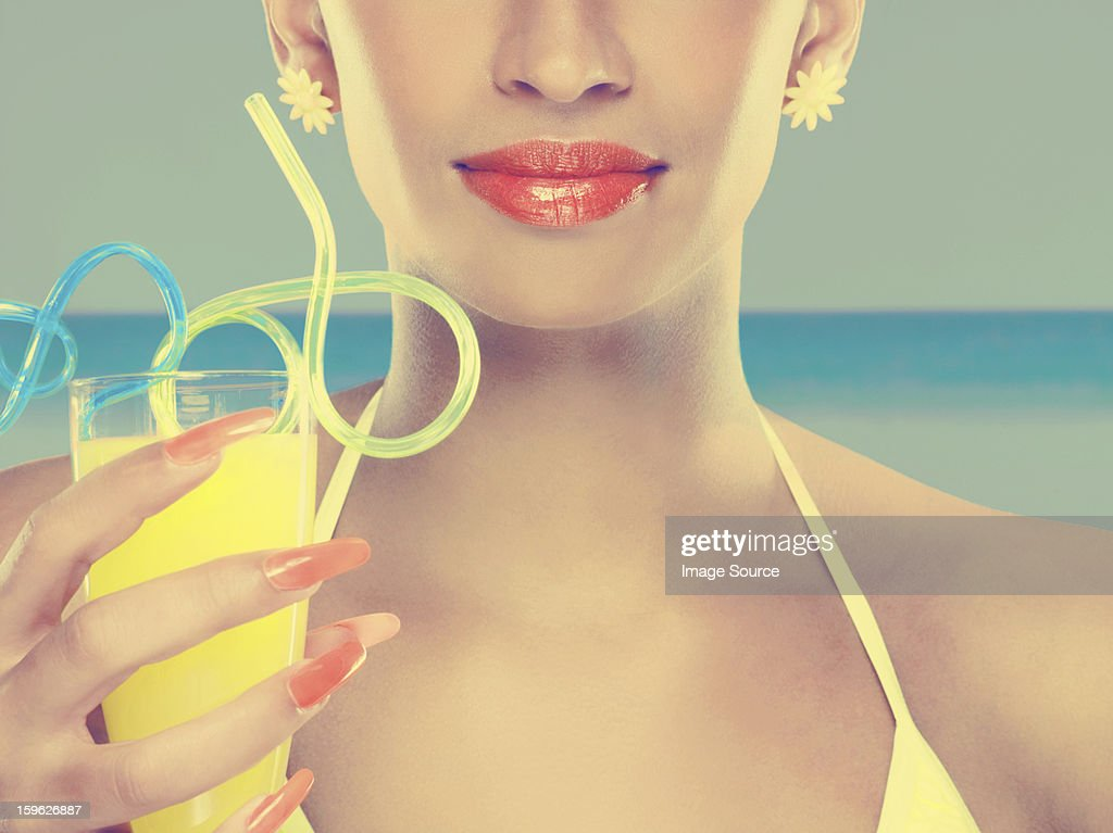 若い女性、ガラスのジュース、カーリーストロー : ストックフォト