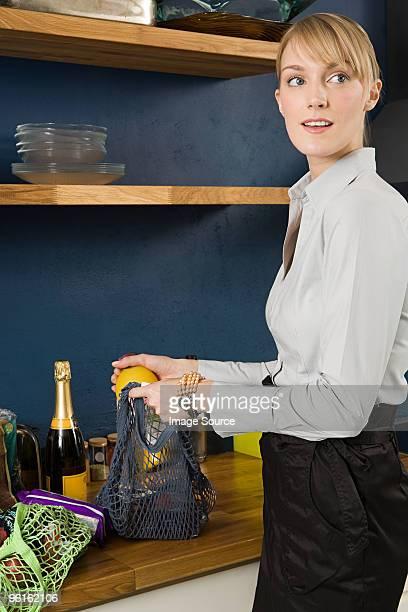 Junge Frau mit Lebensmitteln