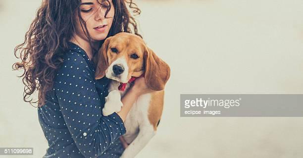 Jovem mulher com seu cão