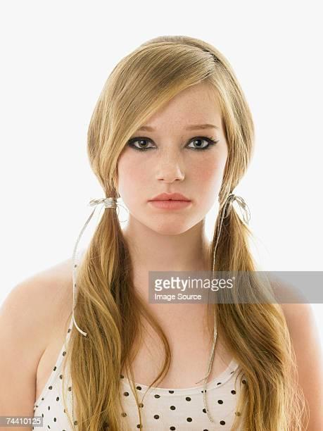 Giovane donna con i capelli in pigtail