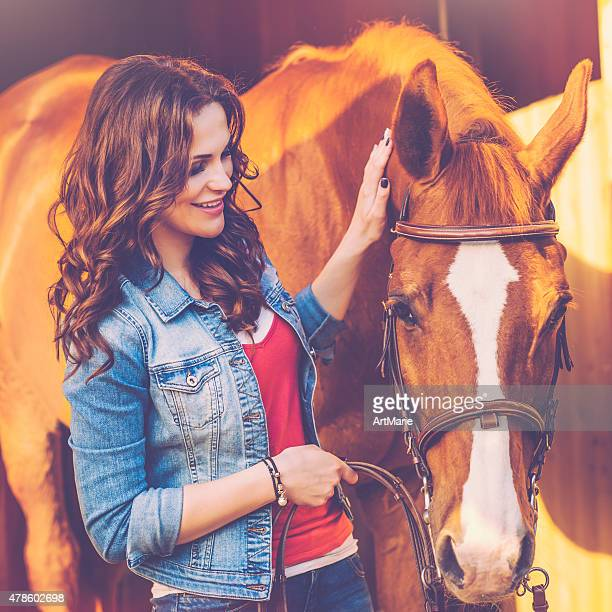 Junge Frau mit dem Pferd