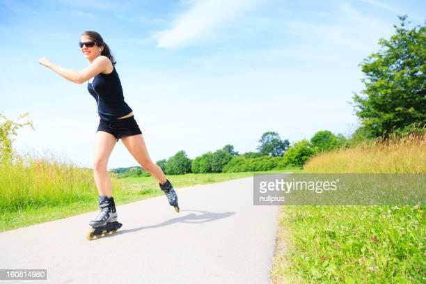 Jeune femme avec skates