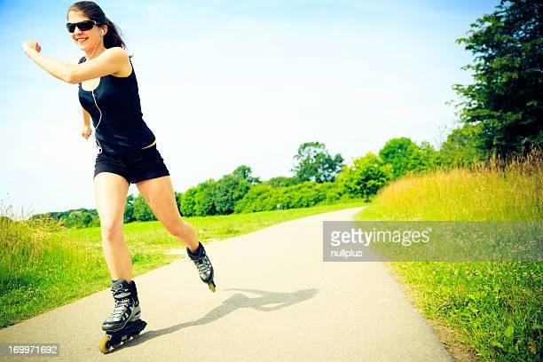 Junge Frau mit inline-skates