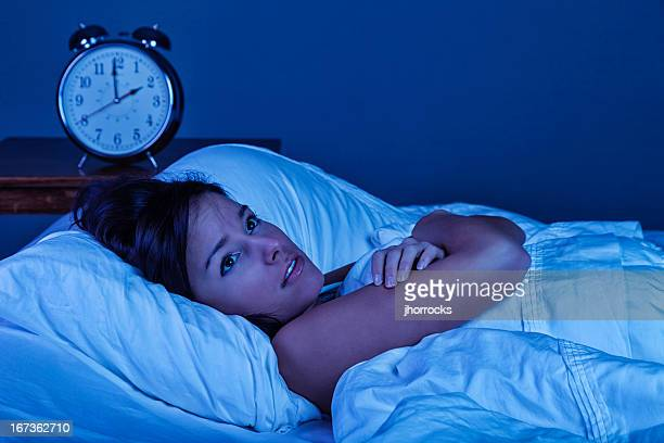 Jeune femme avec l'insomnie