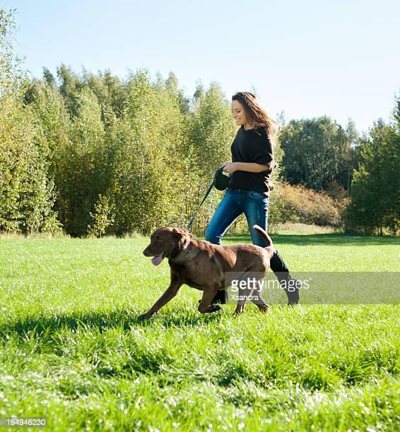 Jeune femme avec labrador