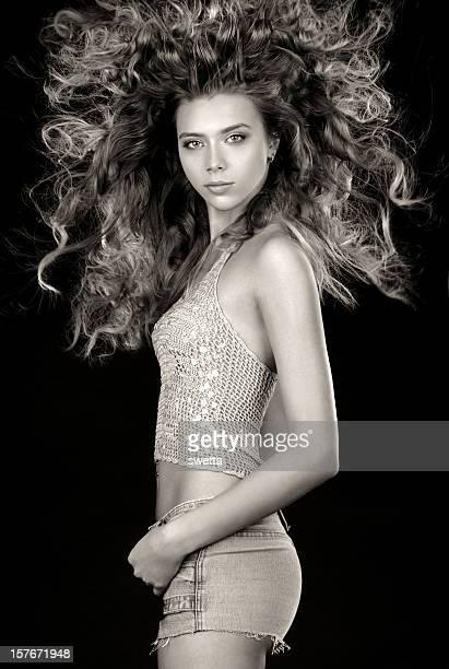 Jeune femme avec Long cheveux bouclés.