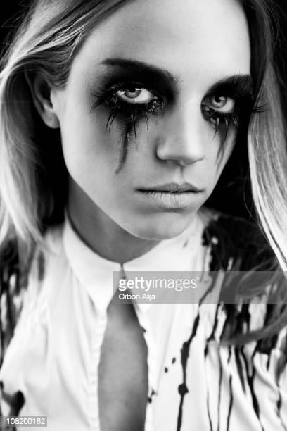 Junge Frau, die mit Wimperntusche laufen, schwarz und weiß