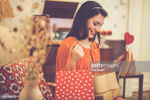 Jeune femme avec des cadeaux
