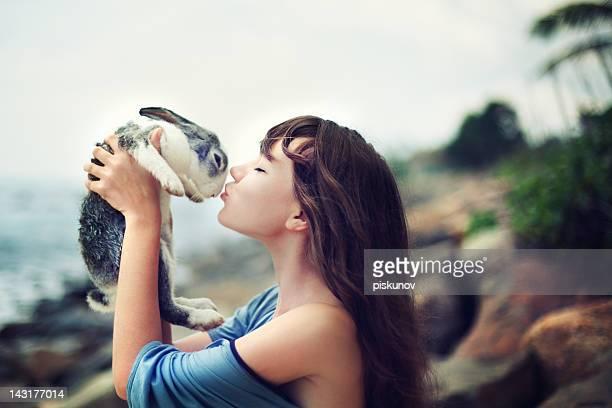 Giovane donna con coniglio