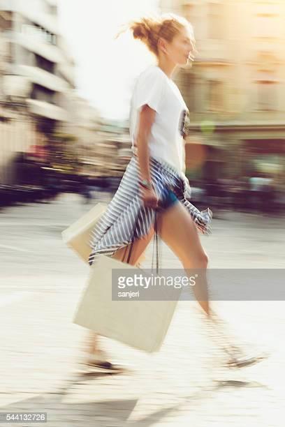 Junge Frau mit Einkaufstaschen auf der Straße