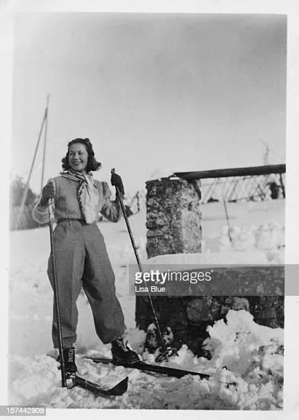 Mädchen mit Ski-Winterurlaub, 1935, schwarz und weiß