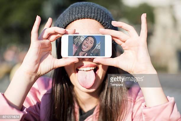 Jeune femme avec un téléphone intelligent à Barcelone, de la technologie.