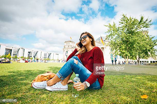 Junge Frau mit smartphone in der Nähe von Bundestag nach Berlin im Sommer