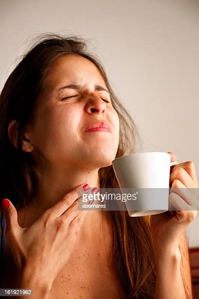 Jovem mulher com dor de garganta