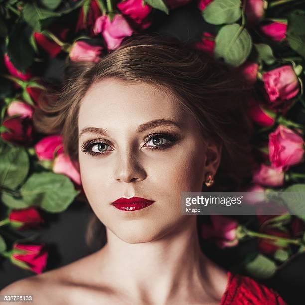 Jeune femme avec entouré de roses