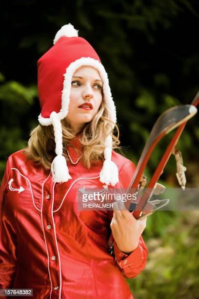 Jeune femme avec un équipement de ski vintage