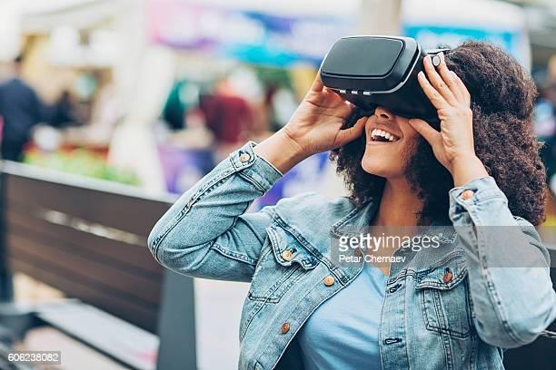Mulher jovem com auscultadores com microfone de realidade virtual