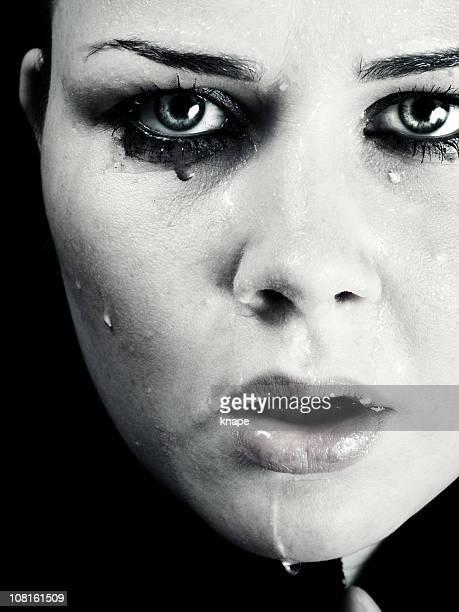 若い女性、水で顔