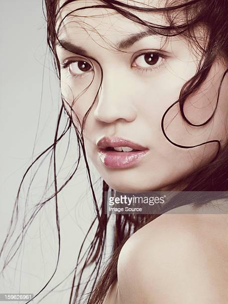 Jeune femme avec les cheveux mouillés