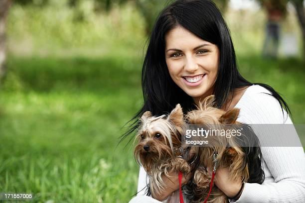 Jeune femme avec le yorkshire terriers