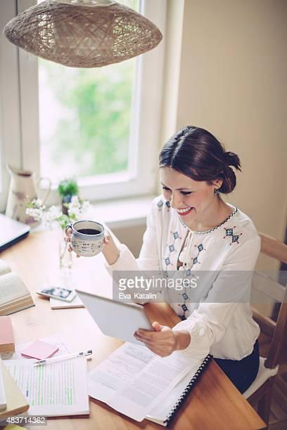 Giovane donna che lavora a casa