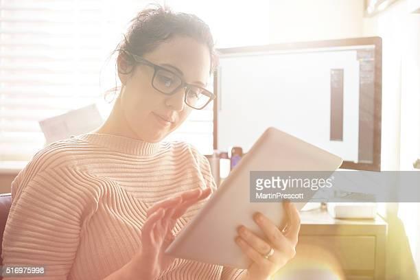 Giovane donna che lavora da casa