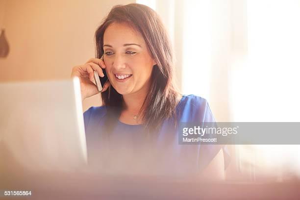 Junge Frau, die Arbeit von zu Hause