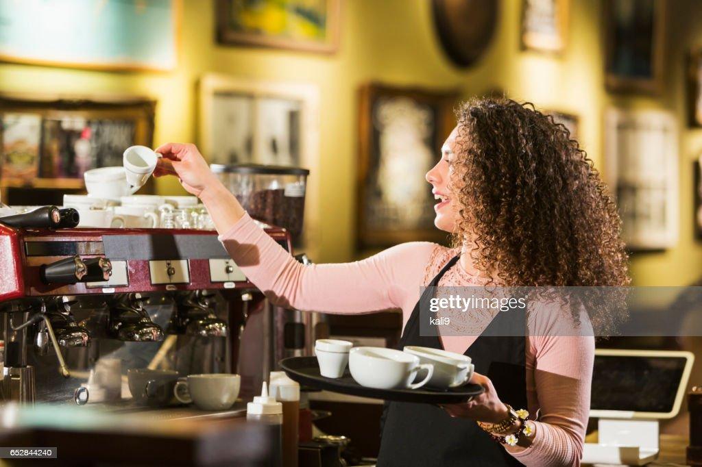 Jonge vrouw die werkt in de coffeeshop : Stockfoto