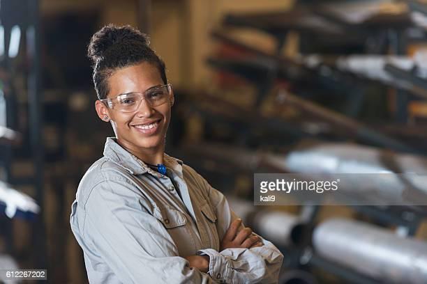 Junge Frau bei der Arbeit in Fabrik
