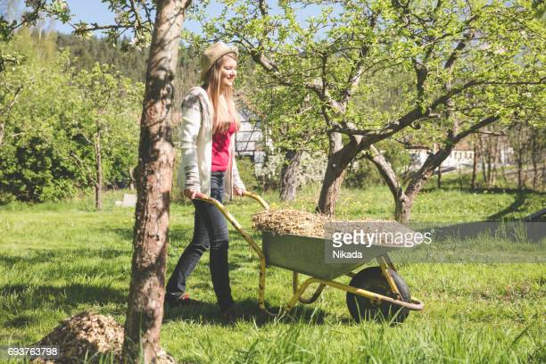 junge Frau, die Arbeit im Garten