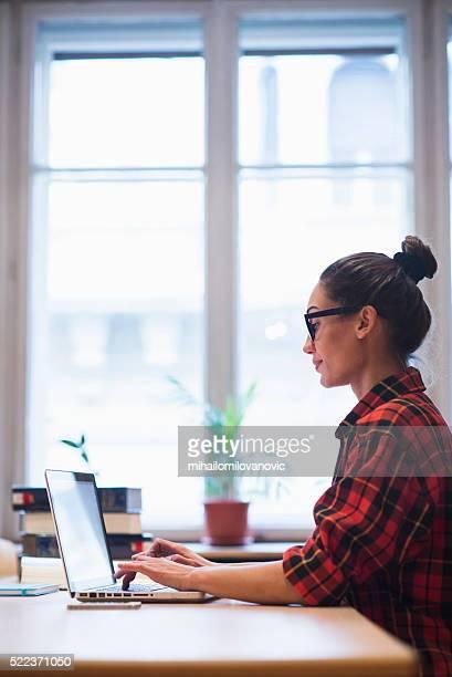 Junge Frau bei der Arbeit im Büro