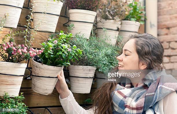 Junge Frau Arbeiten im Blumen-shop