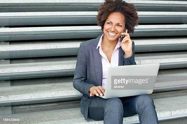 Junge Frau, die mit laptop