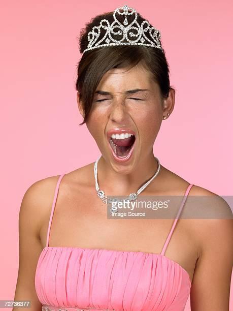 Mujer joven bostezar