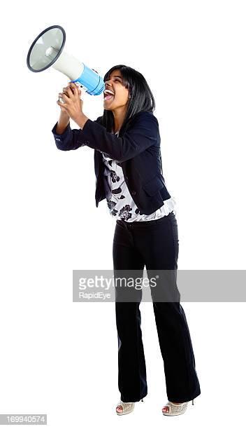 Jovem mulher yelling com entusiasmo em Alto-falante Portátil
