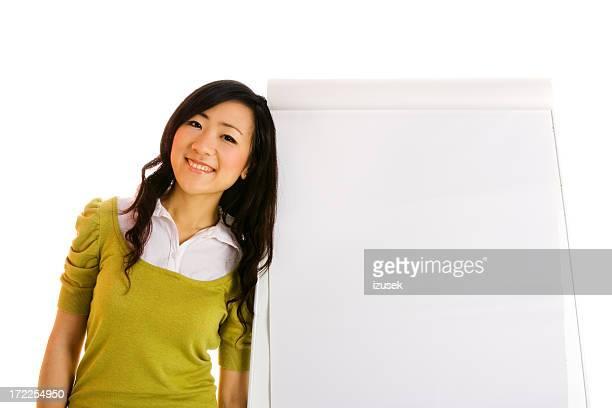 Jeune femme et un tableau blanc