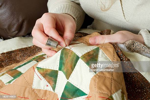 Young Woman's Hands con boquilla y aguja Quilting
