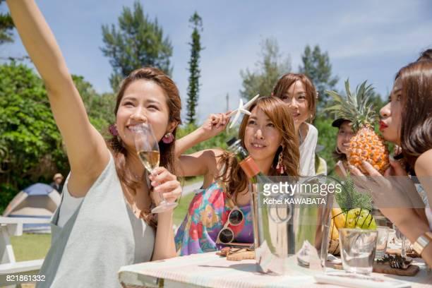 Junge Frauen haben Spaß beim BBQ