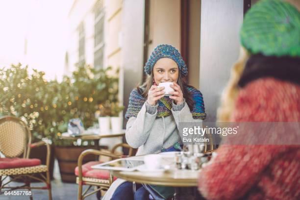 Jeunes femmes s'amusent dans un coffee shop