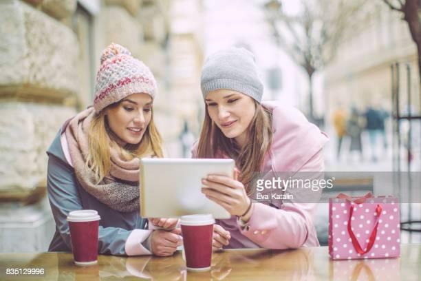 Jonge vrouwen zijn plezier in een koffieshop